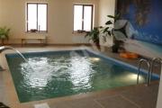 Stačiakampio formos lauko baseinas su vandens kaskada